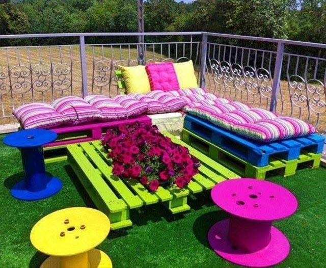 Цветен кът от палета за градината