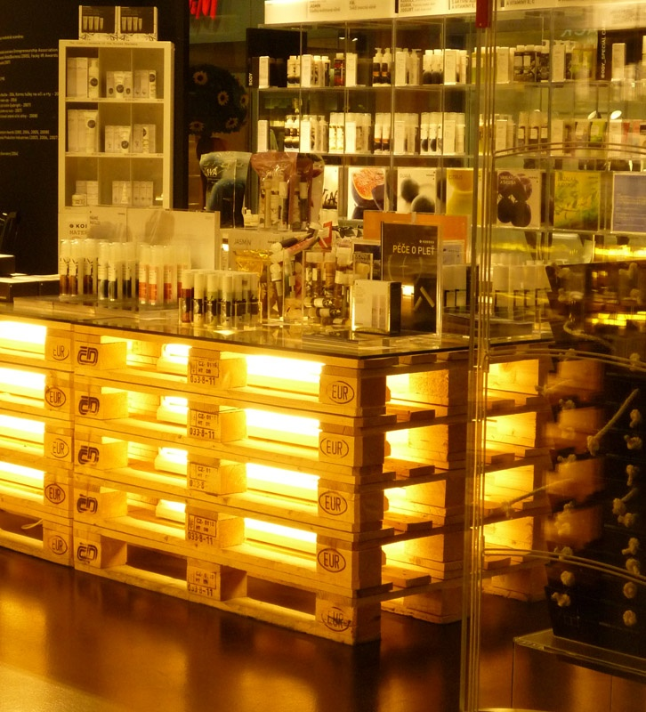 Светещ бар от палети за заведение