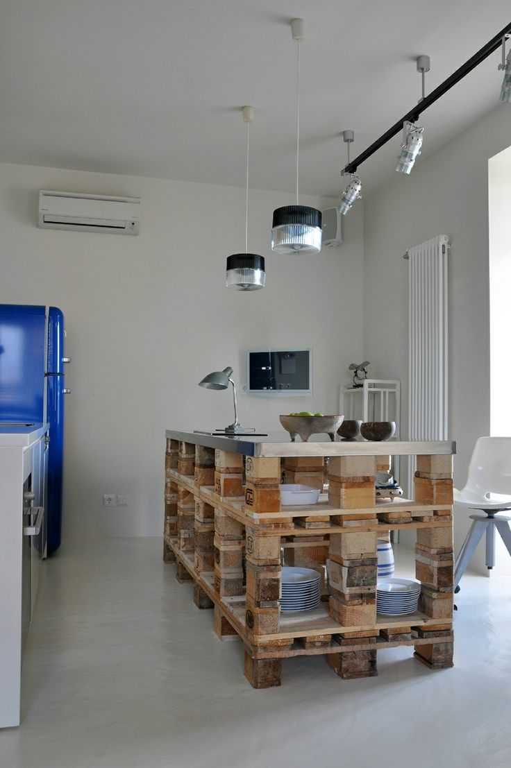 Висока кухненска маса от палети