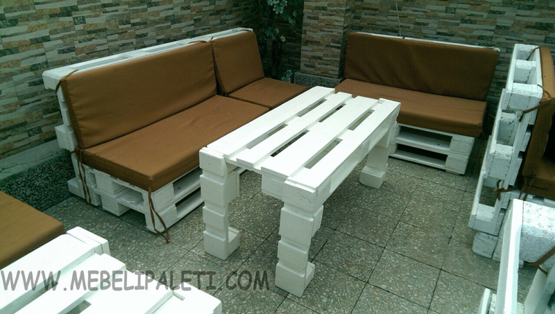 ъглов диван от палета в бяло