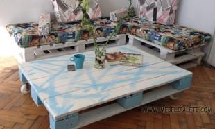 маса от палети с колелца в бяло и синьо