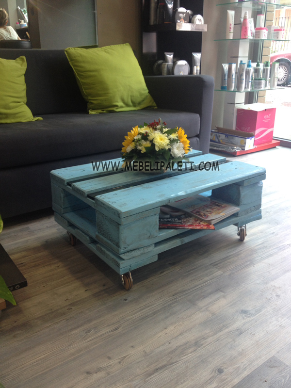 маса с дървени колелца и стъкло