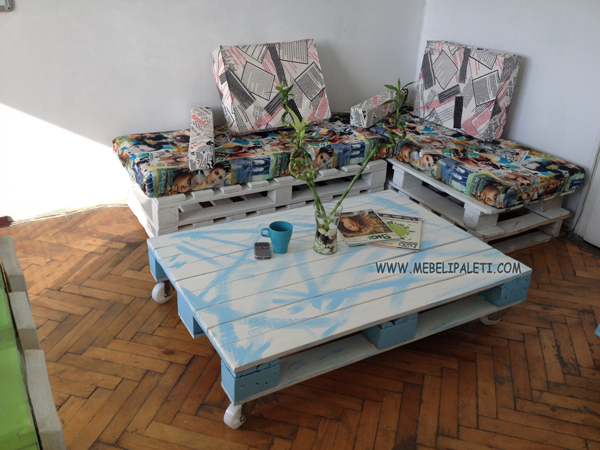 маса за кафе в морско синьо и бяло