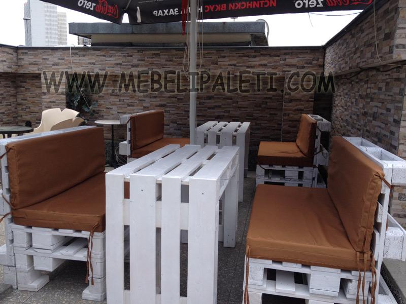 маси и дивани от палета в бяло за градина