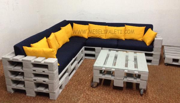 обзавеждане за луфтханза с диван и маса от палети в сиво
