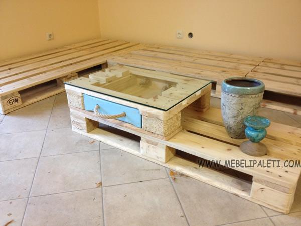 маса за кафе от палети с шкаф и стъкло