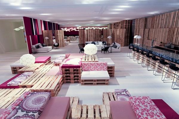 мебели от палети с розова дамаска за бар